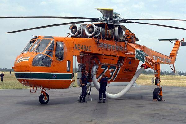 Archives - 08 juillet 2004 sur la base de la sécurité civile de Bastia, un hélicoptère bombardier à grande capacité AirCrane.