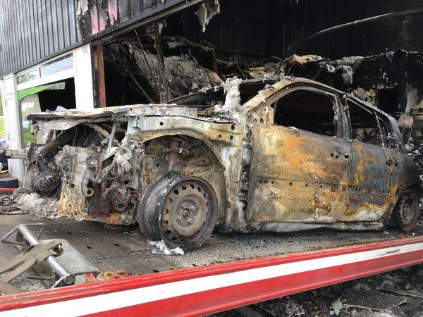 La voiture bélier, une Renault Mégane, sortie du  magasin.