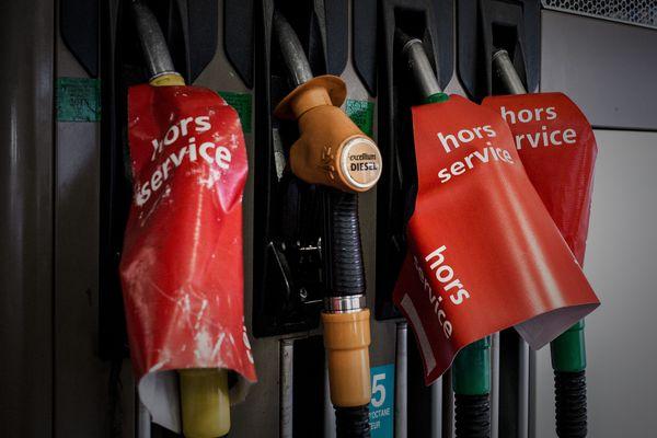 Depuis le 17 novembre, des gilets jaunes bloquent dépôts de carburant et raffineries. Certaines stations-service rencontrent des difficultés d'approvisionnement. (illustration)