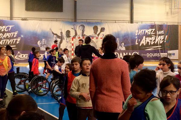 Des écoliers de Saran participent à divers ateliers autour du handball