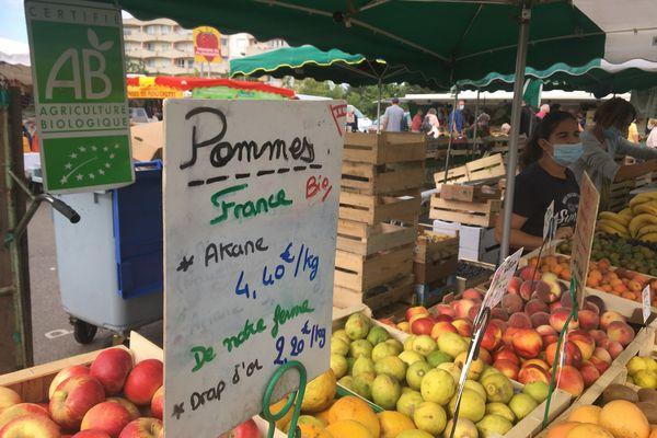 Au marché de Rezé en Loire-Atlantique le prix des premières pommes ne reflète pas les conséquences du gel du printemps
