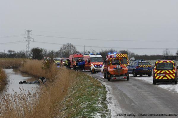 Après une sortie de route, la voiture s'est retournée avant d'atterrir dans le canal du Houlet, à Guemps (Pas-de-Calais).