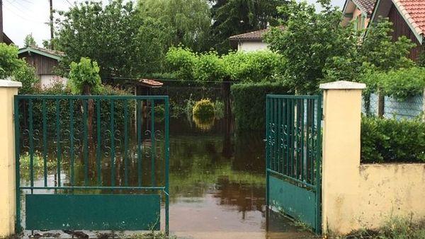 Jardin inondé à Villandraut. Parfois des caves sont sous 1m50 d'eau