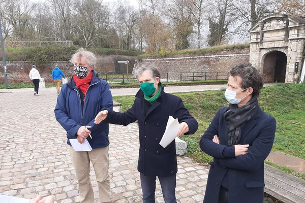 Stéphane Baly (au centre) avec Dominique Plancke (à gauche), ancien adjoint EELV au patrimoine à la mairie de Lille et Simon Jamelin, co-secrétaire de EELV Lille.