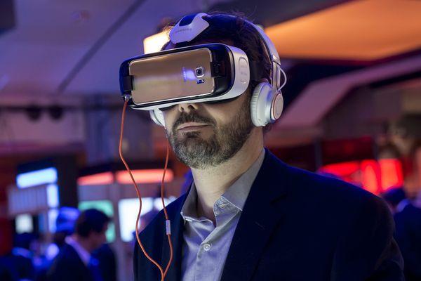 Casque de réalité virtuelle utilisant un smartphone