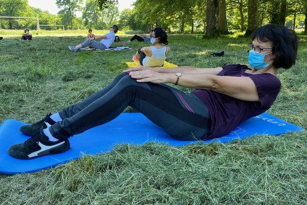 Une première séance de gymnastique d'entretien après le déconfinement dans un parc de limoges