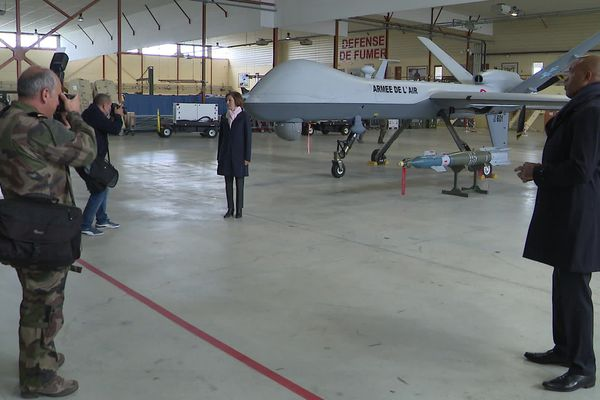 Florence Parly devant un drone de combat