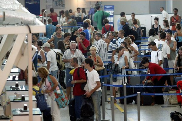 Les aéroports insulaires, l'été... Pas vraiment idéal pour respecter les distanciations sociales...