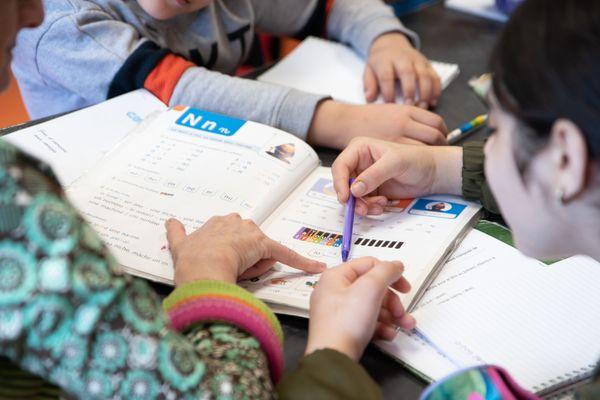 Aide aux devoirs pendant le confinement, image d'illustration.