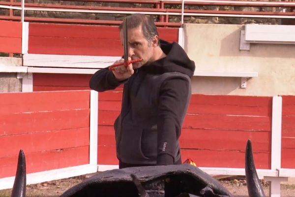 L'estocade, travaux pratiques. Denis Loré donne la leçon à Solal. C'est samedi dans Signes du toro.