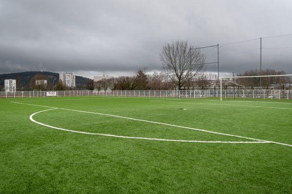 Le terrain de foot synthétique du quartier