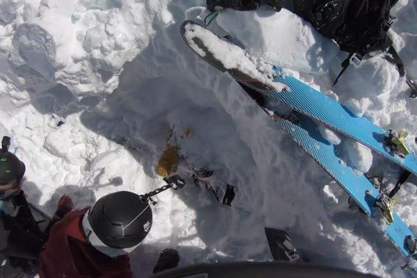 Lake  Schorderet, emporté par l'avalanche vient d'être dégagé par ses compagnons. Il est resté 5 minutes enseveli sous la neige.