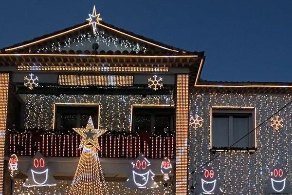 Plus de 65 000 ampoules, des kilomètres de câbles, Anthony et Jonathan Picardo Cenci illuminent leur maison de Mouans-Sartoux, dans les Alpes-Maritimes,