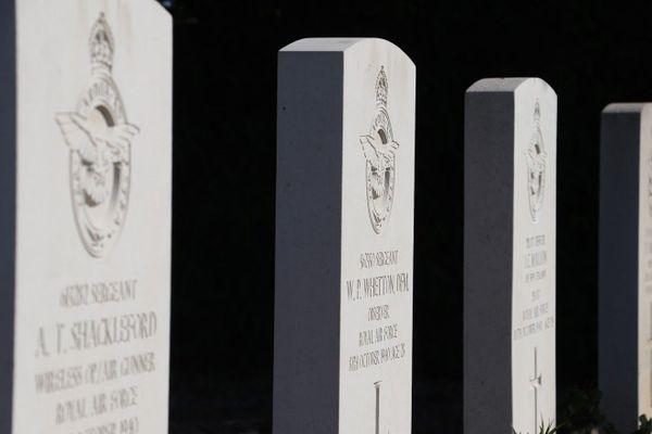 Les tombes d'Athur Shackleford, Wilfred Whetton et John Mallon à Guînes. Ils constituaient l'équipage d'un Bristol Blenheim abattu le 8 octobre 1940 au-dessus de Calais.