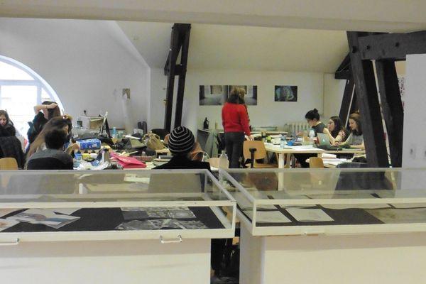 Les étudiants disposent d'un plateau polyvalent de 420 m², qui leur sert aux activités de dessin, peinture et autres productions artistiques.