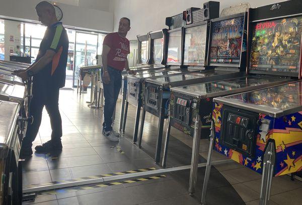 Une salle de jeu éphémère avec plein de flippers,  comme dans les années 80. c'était cet été à Vesoul.