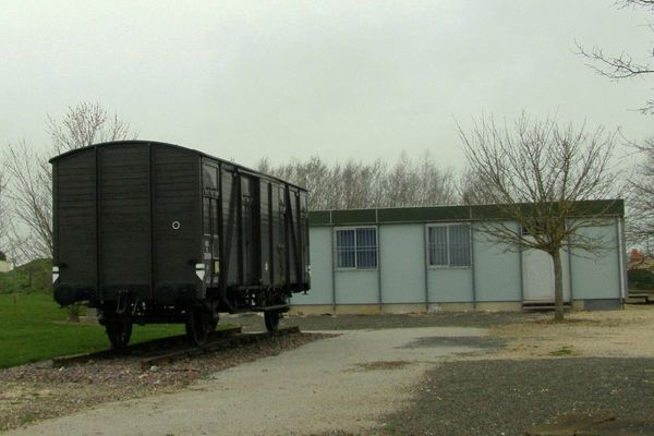 Le wagon de déportation et la baraque-musée de l'ancien camp d'internement de Voves (Eure-et-Loir)