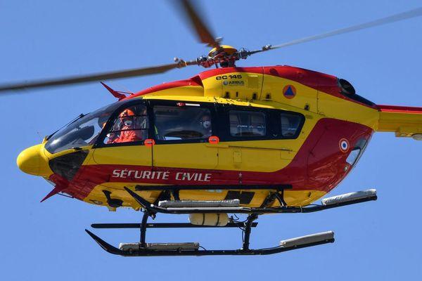 L'hélicoptère de la Sécurité Civile est intervenu pour évacuer le pêcheur.