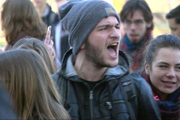 Un jeune manifestant contre la loi Travail à Dijon, jeudi 17 mars 2016.
