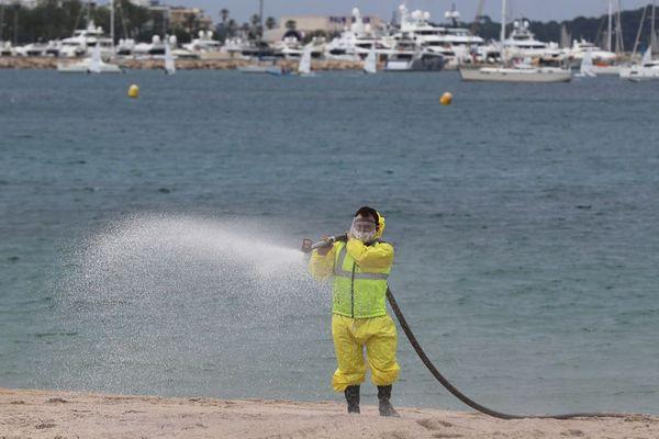 La désinfection des plages de Cannes est effectuée avec de l'eau oxygénée.