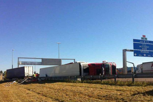 Un poids-lourd a perdu sa cargaison sur l'A6, en Côte-d'Or, jeudi 25 août 2016.