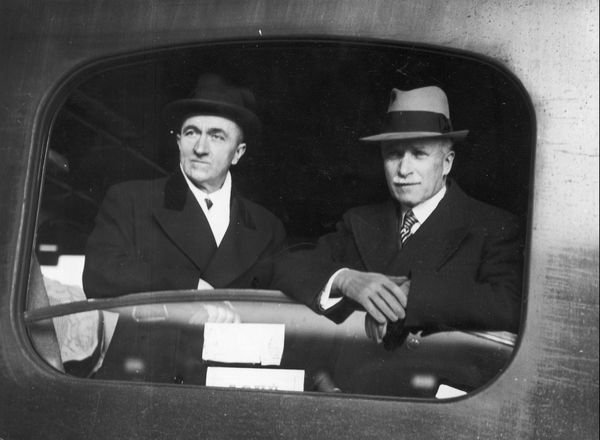 L'amiral Jean-Marie Charles Abrial (à gauche) en 1936. Il fut l'un des responsables de la défense de Dunkerque en mai/juin 1940.