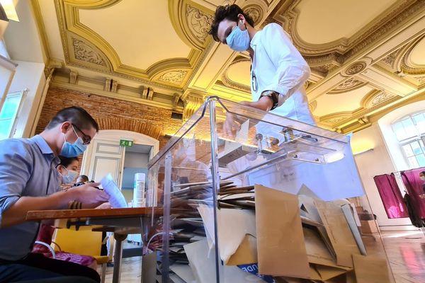 Bureau de vote au Capitole à Toulouse (Haute-Garonne).