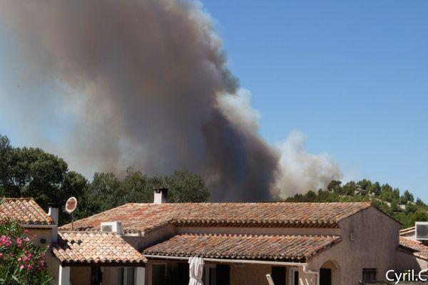 L'incendie est arrivé tout près des maisons à Saint-Mitre-les-Remparts