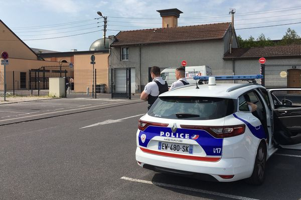 En fin de matinée, une patrouille de police surveillait les abords de la mosquée.