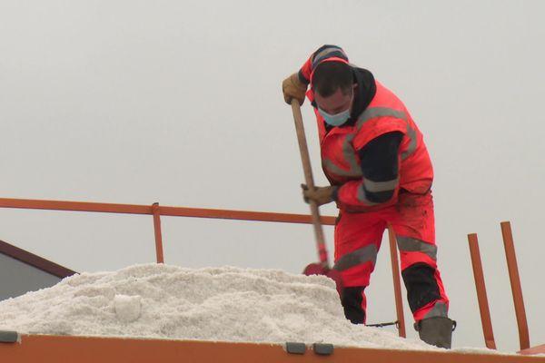 Chaque hiver dans la Somme, au moins 6 000 tonnes de sel sont déversés sur les routes départementales.