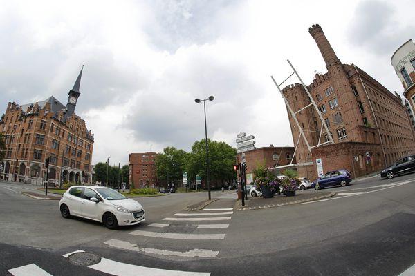 Le bâtiment historique, sur la droite, est situé en plein centre de Roubaix.