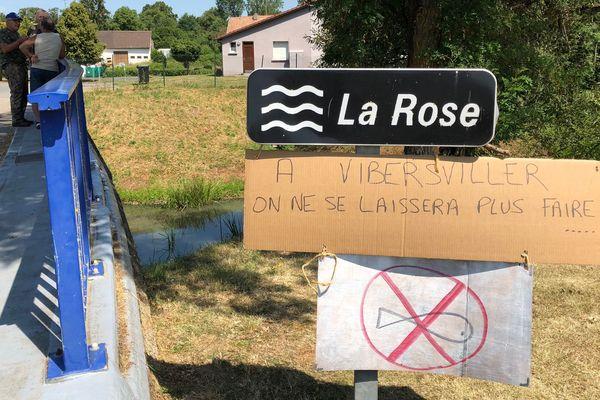 Les habitants se mobilisent contre la pollution de la rivière La Rose à Vibersviller.