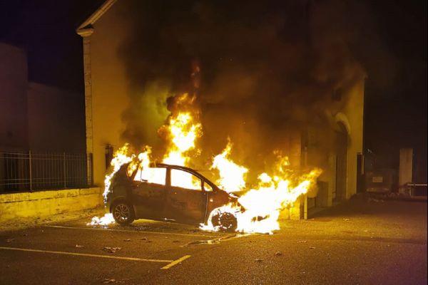 La voiture personnelle d'un agent de police a été totalement détruite par les flammes