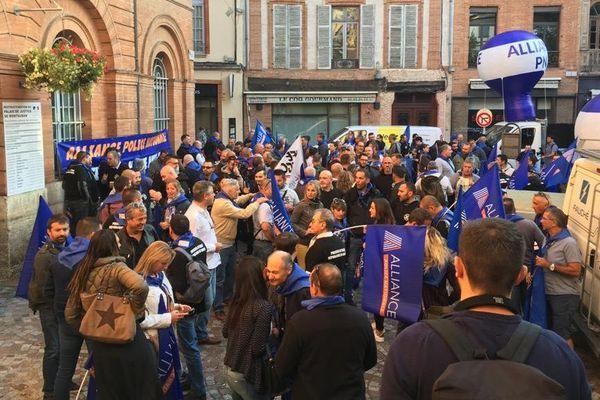 Environ 200 policiers ont répondu à l'appel du syndicat Alliance devant le tribunal de Montauban.
