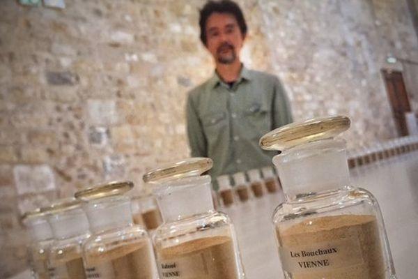 L'artiste japonais Kôichi Kurita devant son exposition à Melle.