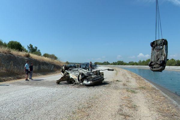 Un long travail pour identifier et remonter les voitures qui gisent depuis des années dans le canal EDF de la Durance.