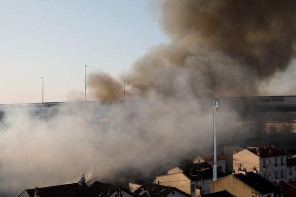 Un important incendie dans un entrepôt de Seine-Saint-Denis perturbe le trafic du RER B, de l'A1 et de l'A86.
