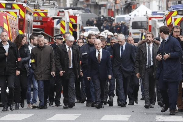 Le ministre de l'Intérieur, Bernard Cazeneuve, s'est rendu à Saint-Denis après l'assaut qui a fait deux morts et des blessés parmi les forces de l'ordre le 18 novembre 2015.