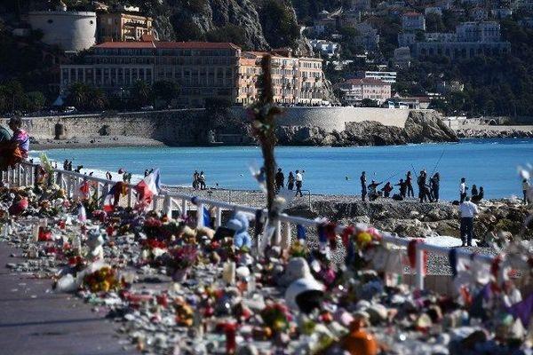 Bouquets de fleurs, bougies et mots laissés sur la Promenade des Anglais en hommage aux victimes juste après l'attentat.
