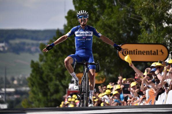 Le Français Julian Alaphilippe, nouveau maillot jaune, franchit la ligne d'arrivée de la 3e étape du Tour de France 2019, entre Binche et Epernay, le 8 juillet.