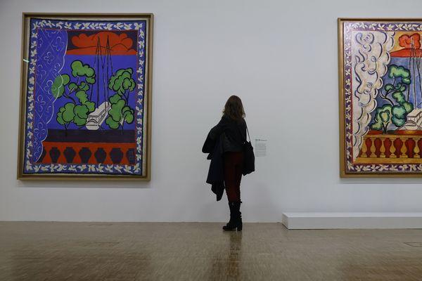 """Parmi les 230 oeuvres de Matisse exposées à l'occasion de """"Matisse, comme un Roman"""" au Centre Pompidou, on retrouve plusieurs oeuvres prêtées par le musée Matisse du Cateau-Cambrésis, dont """"Fenêtre à Tahiti"""", une gouache sur toile peinte en 1936, à gauche sur la photo."""