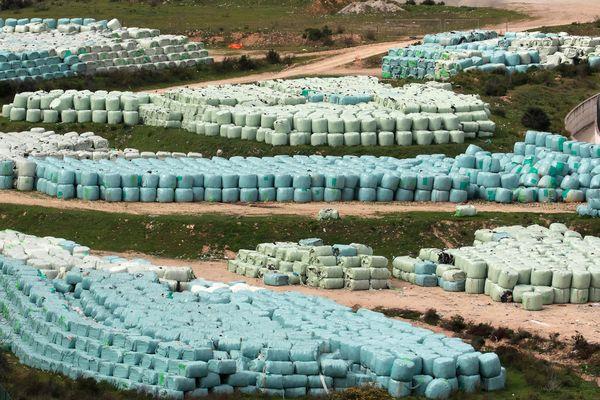 Des milliers de tonnes de déchets sont emballés sur le site de stockage de Saint-Antoine, à Ajaccio.