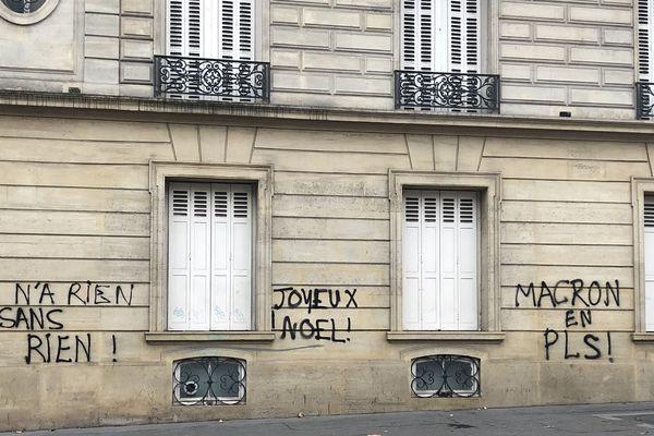 Inscriptions sur un immeuble de l'avenue Marceau proche de la place de l'Etoile à Paris.
