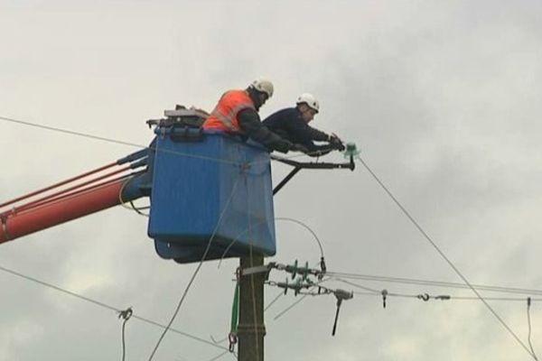 Après la tempête Dirk, des agents d'ERDF en intervention dans le Calvados le 24 décembre 2013