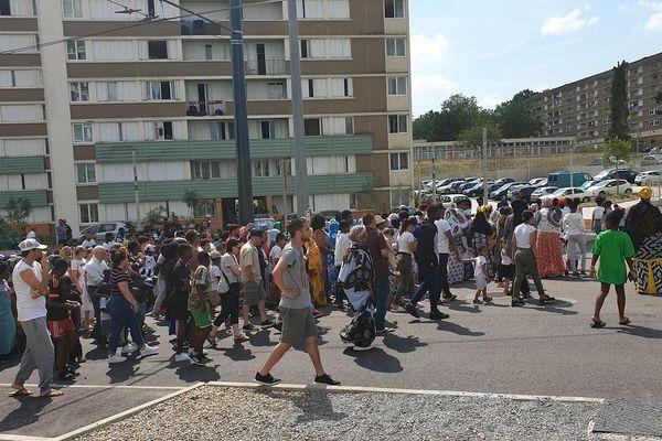 Plusieurs centaines de personnes ont souhaité montré leur soutien aux proches de la petite fille de deux ans tombée du 10ème étage de son immeuble