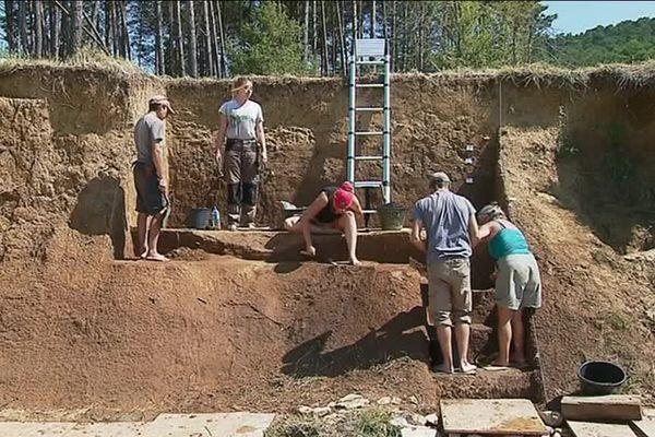 A Trigance (Var), une trentaine de jeunes procèdent à des fouilles archéologiques le long des rives de la rivière Jabron.