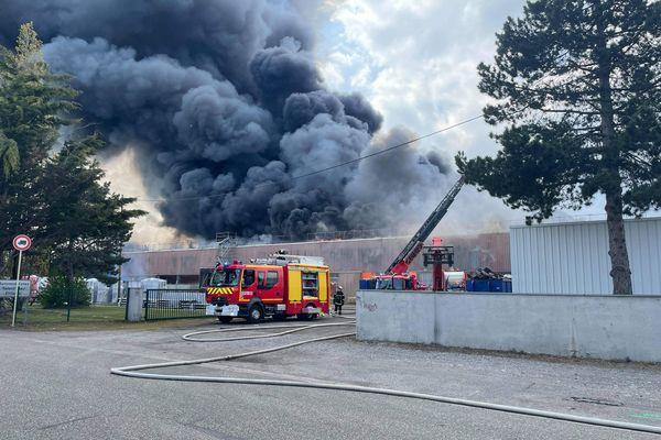 Une épaisse fumée noire s'échappe de l'usine Aubert, à Cernay (Haut-Rhin)