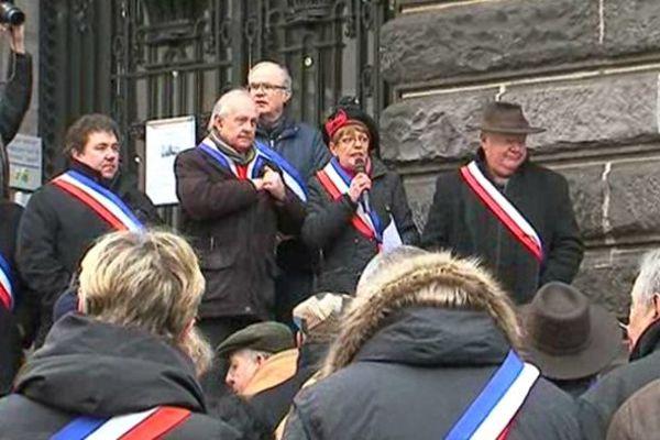 Pierrette Daffix-Ray, la présidente de l'Association des Maires du Puy-de-Dôme, appelle à la mobilisation des communes sur les marches de la Préfecture à Clermont-Ferrand le 7 février 2015.