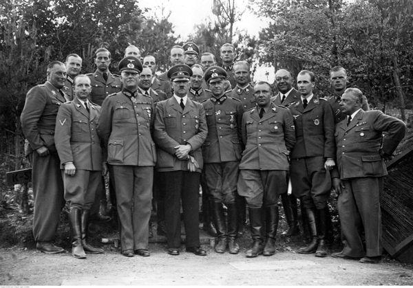"""Adolf Hitler et son Etat-major en mai 1940, dans son quartier général surnommé """" Felsennest"""" (""""Nid d'Aigle rocheux""""), près de près de Bad Münstereifel, à l'ouest de l'Allemagne."""