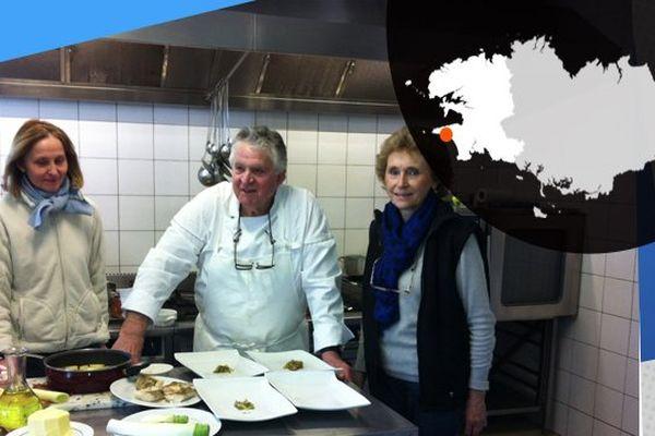 Adolphe Bosser dans sa cuisine, avec sa fille (à gauche) et sa femme